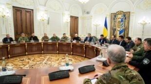 صورة نشرتها الرئاسة الأوكرانية ويظهر فيا الرئيس بيترو بوروشينكو مترأساً اجتماعاً لمجلس الأمن القومي والدفاع الأوكراني في كييف في وقت مبكر من 26 ت2/نوفمبر 2018