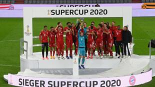 بايرن ميونيخ يرفع كأس السوبر الالمانية على ملعب اليانز ارينا في 30 ايلول/سبتمبر 2020