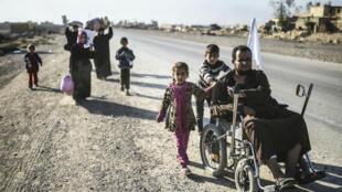 Des familles irakiennes fuient les combats entre forces gouvernementales et combattants de l'EI le 4 novembre 2016.