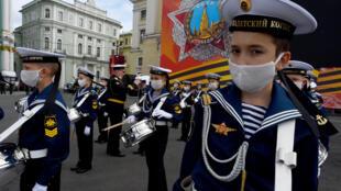 تمارين استعدادا للعرض العسكري بمناسبة ذكرى الانتصار على النازية، في سان بطرسبرغ في 20 حزيران/يونيو 2020