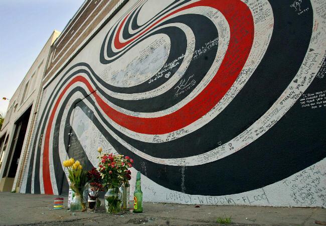 """Un mémorial en l'honneur d'Elliott Smith, devant le mur qui illustre la pochette de son album """"Figure 8""""."""