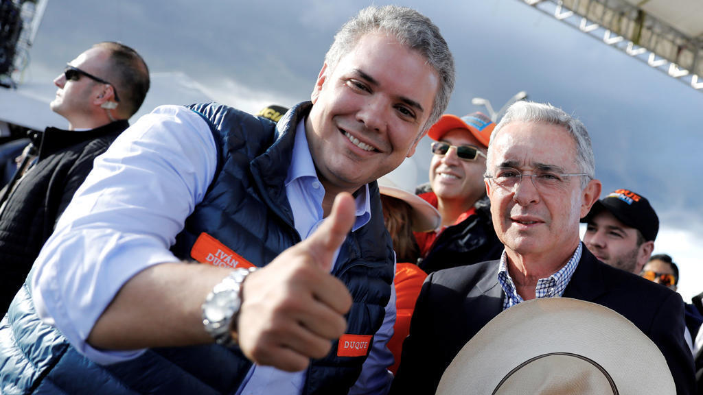 Archivo: El presidente de Colombia, Iván Duque, junto al expresidente Álvaro Uribe en un acto en Bogotá, Colomnia.