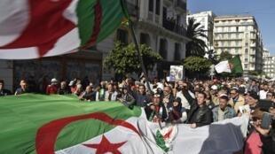 Des manifestantes participent à une marche contre le pouvoir en place, le 28 février à Alger.