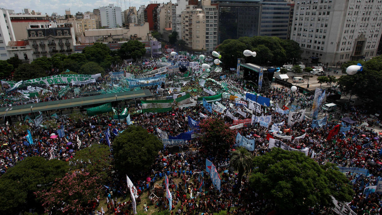 Manifestantes protestan contra las reformas del gobierno de Mauricio Macri durante una marcha sindical en Buenos Aires, el 21 de febrero de 2018.