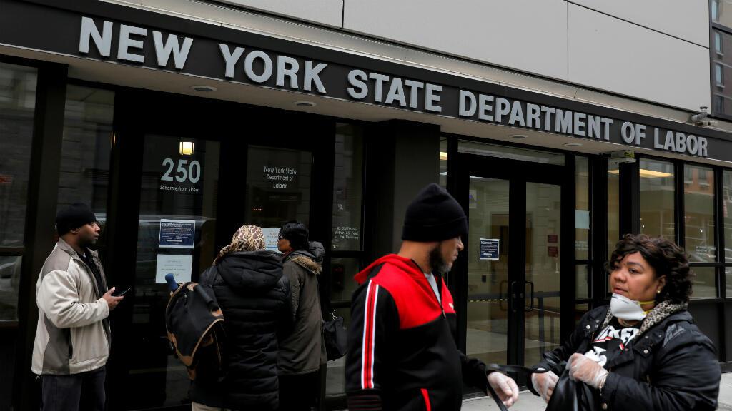 Ciudadanos en la entrada de las oficinas del Departamento de Trabajo del Estado de Nueva York. EE. UU., el 20 de marzo de 2020.