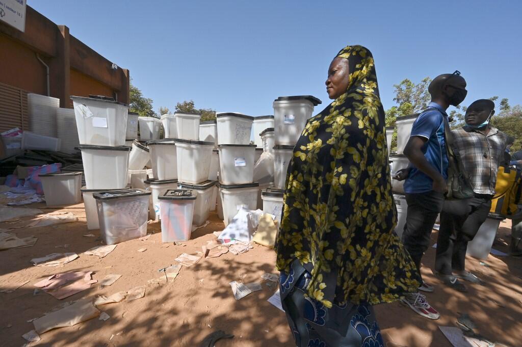 Una mujer pasa por delante de las urnas almacenadas en un centro local de la Comisión Electoral Nacional Independiente (CENI) en Uagadugú el 24 de noviembre de 2020.