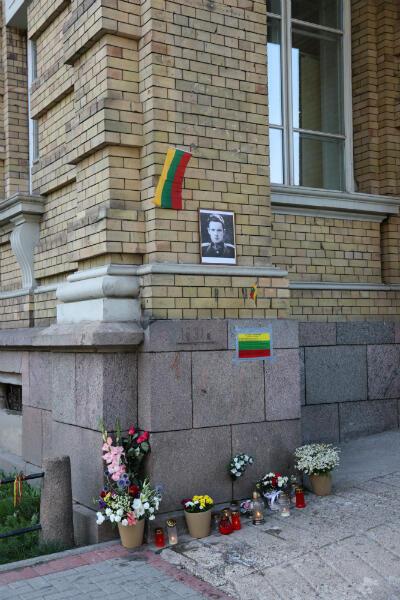L'emplacement où se trouvait la plaque de Jonas Noreika sur la façade de la bibliothèque de l'Académie des sciences de Lituanie
