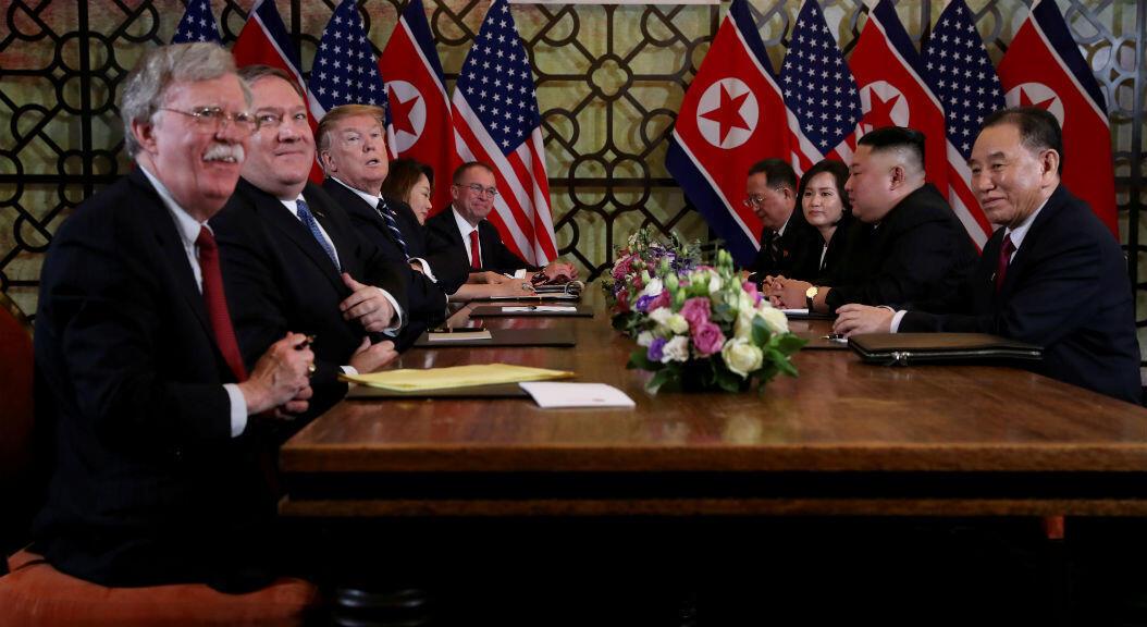 Archivo- El presidente de EE.UU., Donald Trump, y su entonces asesor de Seguridad Nacional, John Bolton, asisten a la segunda cumbre con el líder norcoreano, Kim Jong-Un, en Vietnam, el 28 de febrero de 2019.
