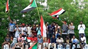Les manifestants soudanais défilent à Khartoum, célébrant l'obtention d'un accord de transition vers le pouvoir civil, le 3août2019.