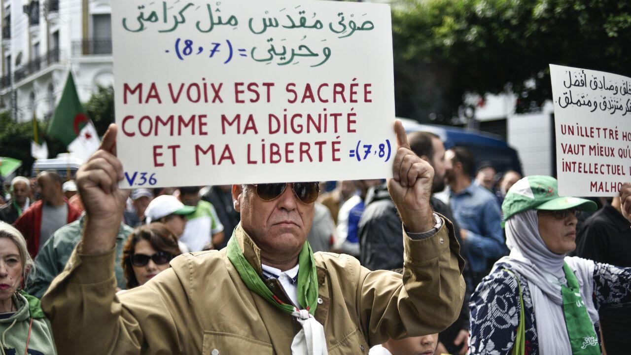 """Un manifestant brandissant une pancarte –""""Ma voix est sacrée, comme ma dignité et ma liberté""""–, le 25octobre2019."""