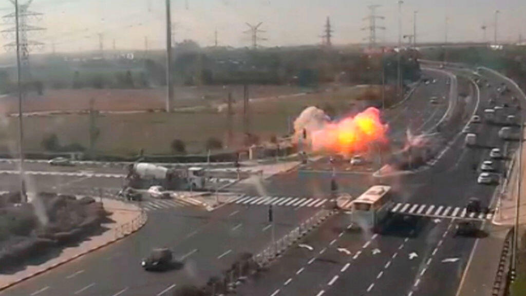 Momento en que uno de los misiles lanzados desde Gaza explota en Ashdod, Israel.