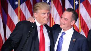 Donald Trump et Reince Priebus se congratulant après la victoire de Donald Trump le 9 novembre 2016.