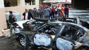 Des forces de sécurité libanaises sur le site d'un attentat à la voiture piégée à Sidon, au Liban, le 14 janvier 2018.