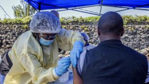Un homme est vacciné contre le virus Ebola au centre de santé Afia Himbi de Goma, en République démocratique du Congo, le 15 juillet 2019.