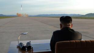 Le leader nord-coréen, Kim Jong-un, observe un tir de missile balistique à une date inconnue.