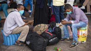 مغربيون ينتظرون في محطة قطار في الدار البيضاء في 27 تموز/يوليو 2020