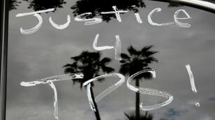 Escritos de denuncia sobre vehículos, momentos antes de que el sindicato Hermandad Internacional de Camioneros (Teamsters Union) participen en una caravana de remolques rodeando el Centro de Detención metropolitano de Los Ángeles, en apoyo a los conductores de camiones del puerto y otras personas amenazadas por la deportación si los tribunales o el Congreso no detienen la suspensión del Estatus de Protección Temporal (TPS) en Los Ángeles, California, EE. UU., el 3 de octubre de 2018.