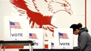 ناخبة تدلي بصوتها في الانتخابات النصفية في مدينة ماديسون بولاية ويسكونسن 6 نوفمبر/تشرين الثاني