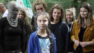 Greta Thunberg, au milieu d'autres jeunes activistes, dont l'écologiste l'allemande, Luisa Neubauer, le 10 août, en Allemagne.