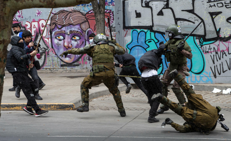 La policía antidisturbios se enfrenta con manifestantes durante una protesta de indígenas mapuches en el centro de Santiago, el 10 de octubre de 2021