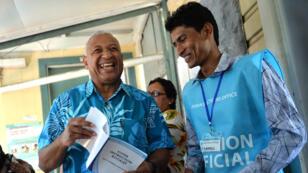 L'homme fort de Fidji, Voreqe Bainimarama, au moment de déposer son bulletin dans l'urne, à Suva le 17 septembre.