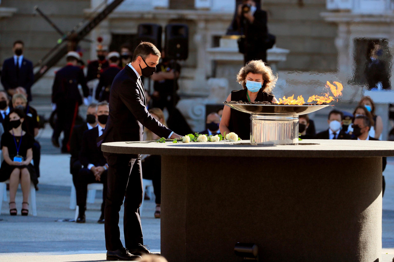 رئيس الوزراء الإسباني بيدرو سانشيز يضع الزهور أثناء تكريم الدولة لضحايا فيروس كورونا في القصر الملكي في مدريد، إسبانيا،  16 يوليو 2020.
