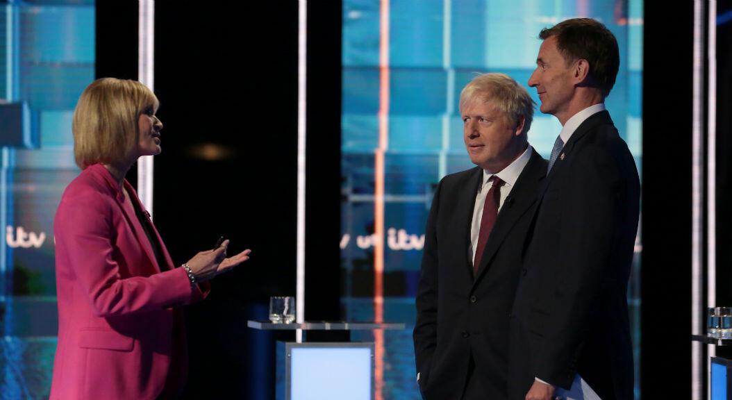 Jeremy Hunt y Boris Johnson, candidatos a primer ministro del Reino Unido, hablan con la periodista Julie Etchingham durante el debate de ITV, en MediaCityUK, en Salford, Mánchester,el 9 de julio de 2019.