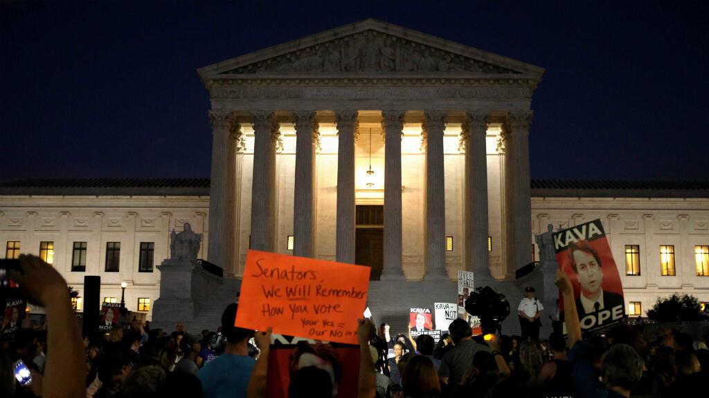 Los activistas se reúnen fuera de la Corte Suprema de los Estados Unidos para una vigilia en oposición al candidato a la Corte Suprema de los Estados Unidos Brett Kavanaugh en Washington, EE. UU., el 3 de octubre de 2018.