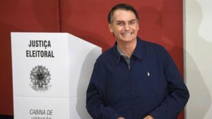جايير بولسونارو اليميني المتطرّف الفائز بالدورة الأولى للانتخابات الرئاسية في البرازيل