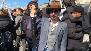 Un fan de Johnny Depp venu avec sa guitare conçue en hommage à l'acteur.