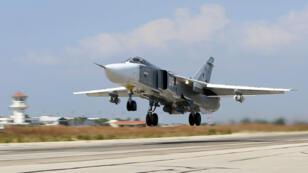 Un avion de chasse russe décolle, le 3 octobre 2015, dans la province syrienne de Lattaquié.