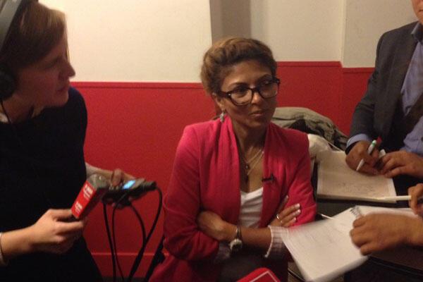 Ensaf Haidar entourée par les journalistes, à Paris, le 29 mai 2015