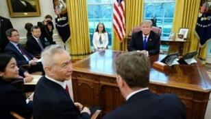 الرئيس الأمريكي دونالد ترامب ونائب رئيس الوزراء الصيني ليو هي في البيت الأبيض في 22 شباط/فبراير 2019