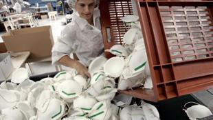 Des masques FFP2 sont fabriqués le 23 septembre 2005 à l'usine Bacou-Dalloz de Plaintel, en Bretagne