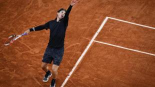 Dominic Thiem se dispone a sacar durante su partido contra Casper Ruud en la tercera ronda del torneo de Roland Garros, el 2 de octubre de 2020 en París