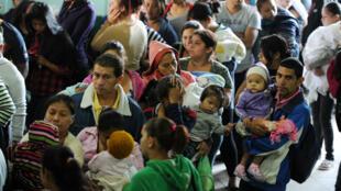 Des pères font la queue avec leur enfant à l'hôpital de Tegucigalpa, au Honduras, le 1er février 2016.