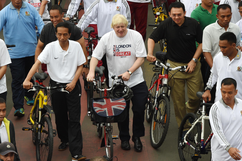 بوريس جونسون مشجعا على ركوب الدراجات الهوائية