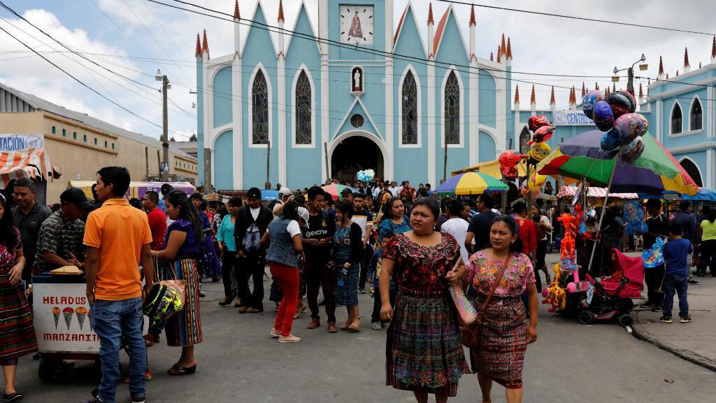 La gente se reúne durante la primera vuelta de las elecciones presidenciales de Guatemala , en San Pedro Sacatepequez, Guatemala, el 16 de junio de 2019.