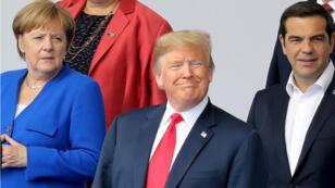الرئيس الأمريكي دونالد ترامب والمستشارة الألمانية أنغيلا ميركل ورئيس الوزراء اليوناني  أليكسيس تسيبراس في افتتاح قمة الناتو في بروكسل 11 تموز/يوليو 2018.