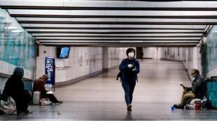 راكب يضع كمامة على وجهه في المحطة المركزية للقطارات في بروكسل في 4 أيار/مايو 2020