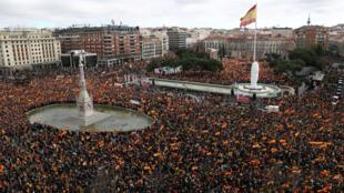 Miles de manifestantes se reúnen durante una protesta convocada por los partidos de la oposición de derecha y extrema derecha contra el presidente del gobierno español, Pedro Sánchez, en la plaza Colón en Madrid, España, el 10 de febrero de 2019.