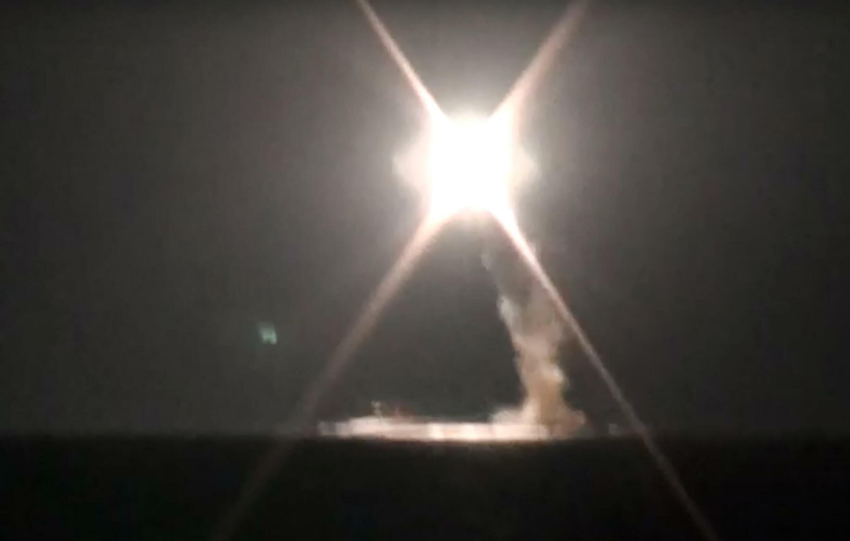 Une capture d'écran d'une vidéo du  ministère russe de la Défense montrant un tir de missile de croisière hypersonique Zircon depuis le sous-marin nucléaire Severodvinsk dans la mer de Barents, au nord de la Russie, le 1er octobre 2021