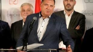 المرشح القومي عن المقعد الرئاسي لصرب البوسنة ميلوراد دوديتش يدلي بتصريح في مقر حزبه في بانيا لوكا في 7 أكتوبر 2018