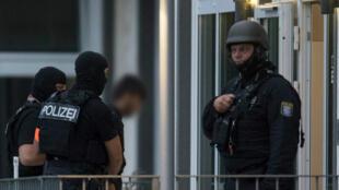 عناصر شرطة ألمانية تقتاد المشتبه فيه.