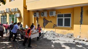 Des blessés transportés à l'hôpital de Mataram, sur l'île de Lombok.