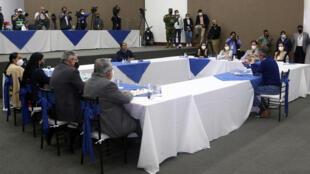 Los candidatos presidenciales de Ecuador Guillermo Lasso (der) y Yaku Pérez (c) en el Consejo Nacional electoral el 12 de febrero de 2021