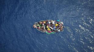 صورة التقطت من الجو لزورق يحمل مهاجرين في مضيق جبل طارق قبل أن يتم إنقاذهم في 8 أيلول/سبتمبر 2018