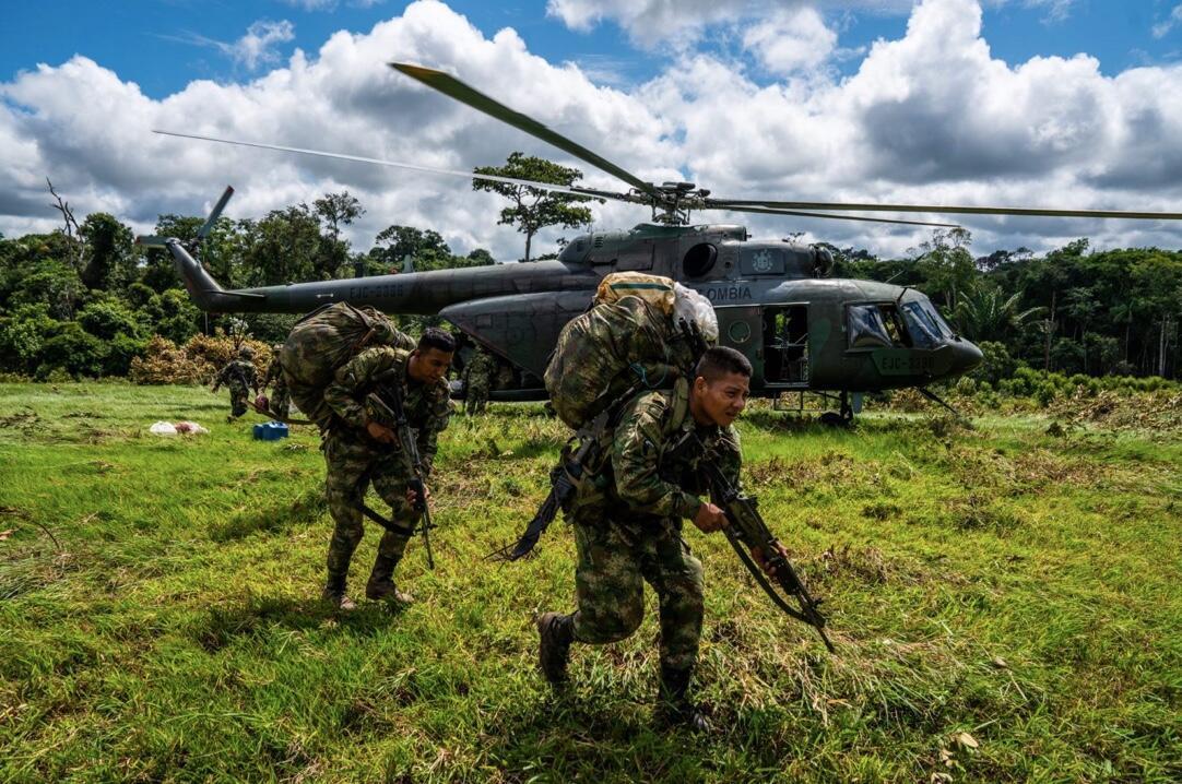 Tropas del Ejército colombiano desembarcan en una zona remota de La Lindosa, en el sur del Guaviare, dentro del marco de la Operación Artemisa, lanzada en abril de 2019 por el Gobierno como un intento por controlar la deforestación y los cultivos de uso ilícito. Una estrategia principalmente militar, que da poca o nula respuesta a las realidades sociales en el terreno.