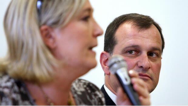 لويس أليوت رفيق مرشحة اليمين المتطرف مارين لوبان