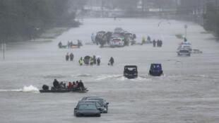 Ciudadanos esperan ser rescatados de las inundaciones que provocó la tormenta tropical Harvey.